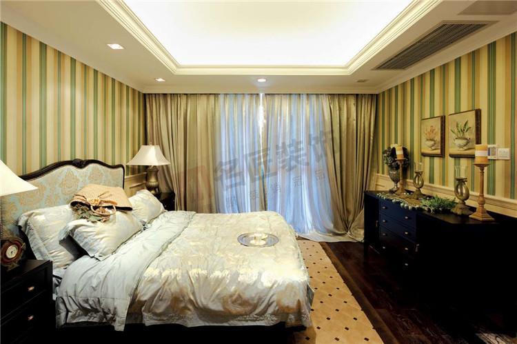 卧室简洁大方,欧式壁纸搭配欧式家具,闲的房间非常温馨.