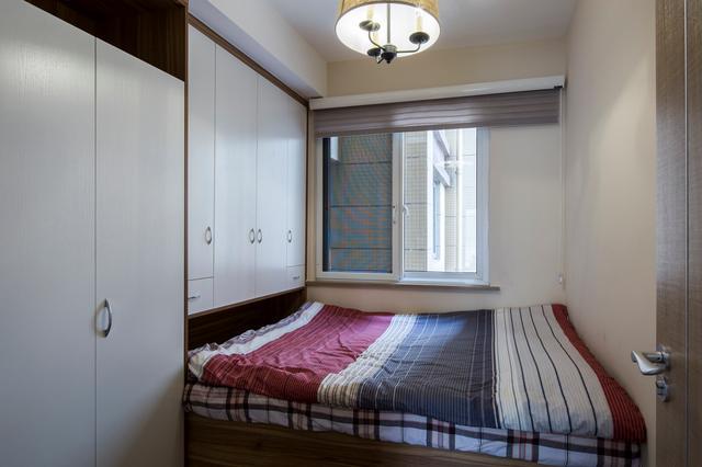 小卧室这么设计,衣柜,书桌,床都能摆下
